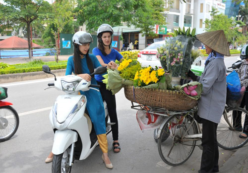 Hanoi Night Lights & Food Tour on Motorbike